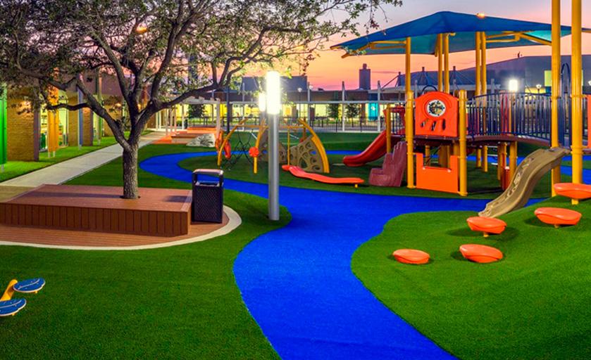 Césped artificial en parque infantil