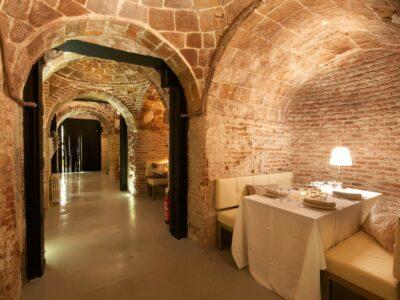 Un restaurante compuesto por reservados para celebrar el Yellow Day, el día más feliz del año
