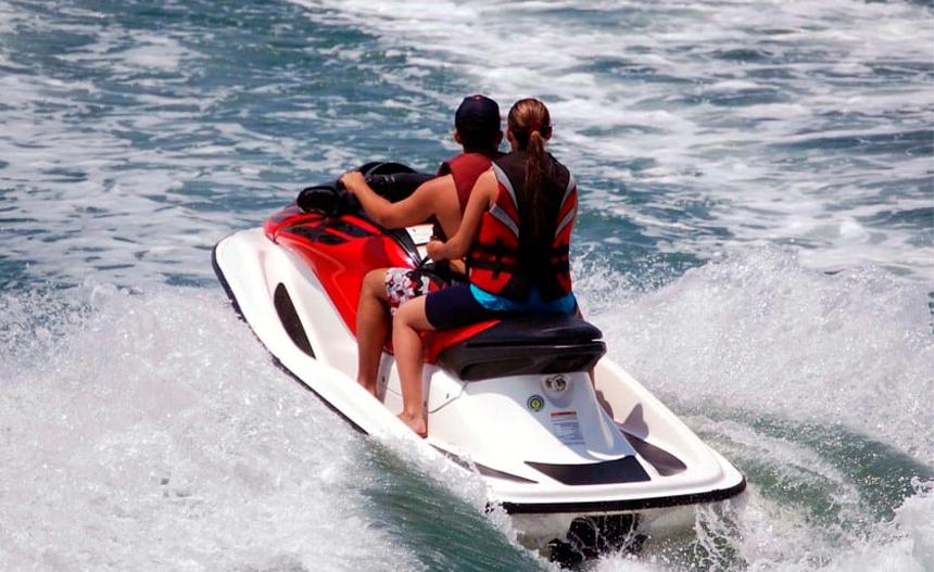 Consejos para conducir una moto de agua en Ibiza
